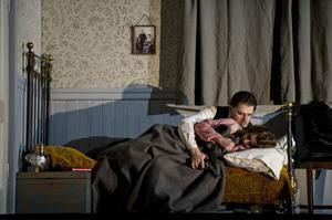 Rånaren Ramerrez (Aleksandr Antonenko) gömmer sig i barägaren Minnies (Nina Stemme) stuga i de kaliforniska bergen och kärlek uppstår.