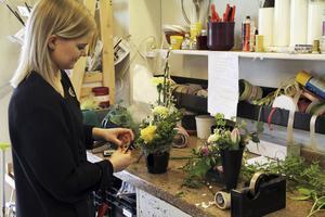 Hanna Ståhl jobbar som florist. Det är ett kreativt arbete och det är roligt att dagligen få träffa folk. Florist ville hon bli redan i förskoleåldern, berättar hon.