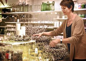 """Blandar. Åhléns visual merchandiser Anna Knapp brukar själv mixa gammalt och nytt när hon pyntar hemma. """"Det blir en ny tomte varje år"""", säger hon."""