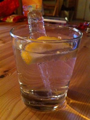 Första kvällen på skidsemestern, en istapp på 50cm fick vara en kylande drinkpinne till fjäll-GT´n.