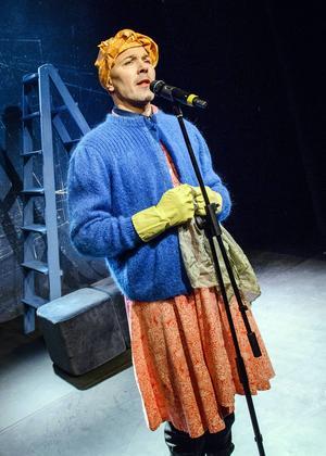 Åke Arvidsson som städerskan som vill städa i Europa.