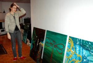 """""""Får de här plats på utställningen"""", undrar Johanna Grinde. Hon målar i stora format och Galleri Eken är ganska litet."""