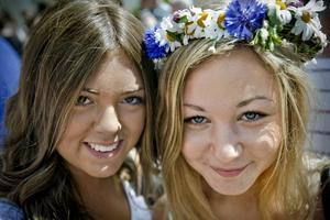"""Frida Henriksson, snart 17 år, och Kajsa Ernestam, 17 år, Örebro:–""""Små grodorna""""! Det är nog den enda vi kan utantill."""