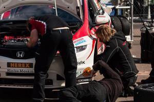 En kamp mot klockan handlade det om för Tomas Engström och hans team på Knutstorp. Mekanikerna fick jobba hårt för att få bilen klar till tävlingen.
