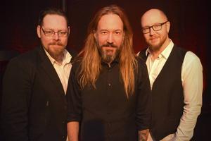 Sångaren och Mora IK-supportern Joacim Cans med bandet Mörkret bidrar till den krisande klubben...