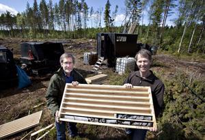 Mats Willdén, chefsgeolog och Anders Zetterqvist, geolog, visar upp mineralmaterial som ska skickas iväg på analys.