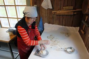 Monica Jacobsson i Brynje blev nyligen prisad i SM i mathantverk i Växjö för sitt tunnbröd och barkknäcke.