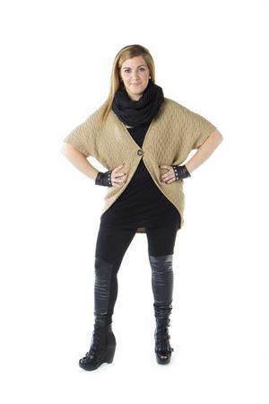 RESULTATET. Vasiliki Tsouplaki är en tjej med utstrålning, det kommer fram ännu mer i den nya tuffa outfiten och de markerade vackra ögonen.Vasiliki har på sig en beige stickad cardigan, 249 kronor, ett svart linne, 129 kronor, leggings med lappar i imiterat skinn, 199 kronor, fingerlösa handskar med nitar på, 149 kronor och en lång svart sjal, 79 kronor. Samtliga plagg kommer från Gina Tricot.Platåskorna i imiterat skinn med spännen och öppen tå kostar 549 kronor och kommer från Din Sko. Nitörhängena kostar 79:90 kronor och kommer från Glitter.