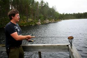 Det nappar kunde Johan Larsson konstatera under vildmarksdagen i Stensjöarna.