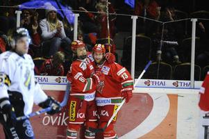 Niklas Nordgren gratulerar William Nylander som gjorde matchens första mål. Nylanders första mål i SHL.