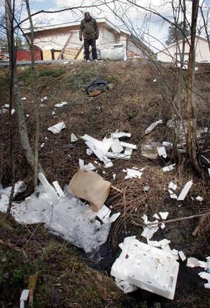 Nere i bäcken ligger massor av emballage som kommer från bostadsbolagets hantering.