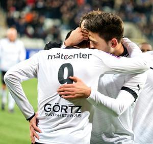 Berisha gratulerar Ahmed Yasin efter 3-0-målet.