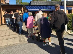 Köer – normalt inte ett större bekymmer under de senaste kyrkovalen. Årets kyrkoval verkar dock gå mot något slags rekord. Bilden är tagen utanför församlingshemmet i Nynäshamn där kön enligt rapporter ringlade lång hela dagen.