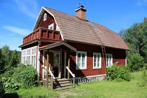Villa på en höjd i Gunnarsbo, Aspeboda, 1,5 mil väster om Falun. 6 rum och kök.