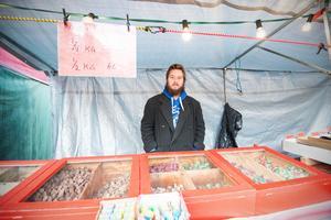 Linus Hallén Lenander från Stockholm åker runt i landet och säljer godis på marknader.