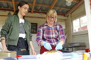 Säljer strömming med potatismos i tunnbröd för Järnboås IF:s räkning gör Linn Björåsen och Amanda Dybeck.