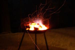 Vi passade på att grilla på årets sista dag.Det blev som ett fyrverkeri när grillen brann i väntan på den perfekta glöden.