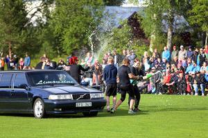 Segervissa och med skapligt självförtroende kom Sveg in på Solberga. De firade före tävlingarna, tur det för efteråt var deras insats inte mycket att fira. Men kul hade gänget