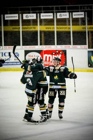 ÖIK jublar efter ett av Petter Runessons mål i sista perioden. ÖIK-backens avgörande 4–3-mål kom efter 17.17.