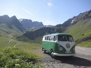 Folkabussen från 1966 har fått hänga med både till Alperna och Island.