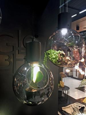 7. Globen lighting kombinerar lampa och vas i denna glasskapelse.