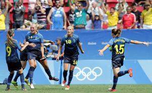 Svenskt jubel sedan Stina Blackstenius (nr 11) gjort 1–0.
