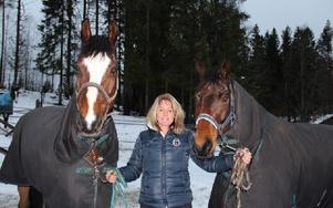 Nina Jansson med sina båda tävlingshästar Qurbitz och Milou, när DD-sporten besöker henne på den fina ridanläggningen i Malung. Foto: Olof Aspelin