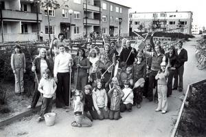 Boende vid Första Bjurhovdagången 1-15 samlade för att snygga upp bland buskarna. 25 maj 1977.