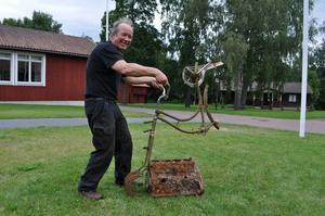 Skulptören Jari Jokiaho från Finland provkör sitt busiga konstverk - skapad av skrot som fiskats upp från Österdalälvens botten.   –