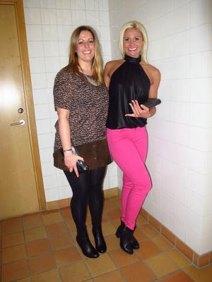 Emilia Ölander, 31, har på sig: byxor H&M, skor Nelly.com, topp och linne Fico, moccakjol mammas gamla, kuvertväska och halsband Turkiet, klocka Donna Karan NY, armband egengjorda och Evfa Attling.- Lite finare. Cool. Ball.Caroline Alm, 30, har på sig: jeans Gina Tricot, kuvertväska Åhléns, skor Scorett, topp H&M, ring Evfa Attling och örhängen Glitter.- Vår. Färg. Party.