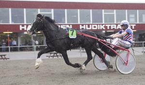 Ove A Lindqvist hade inga problem att köra Bergsjöhästen Hulte Magnus till en överlägsen seger