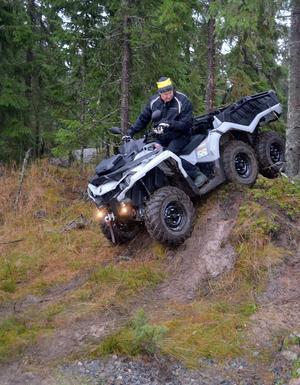 Hans Olsson från Njurunda var tidigare tävlingsförare av elitklass inom snöskoter och motocross. Här provar han en sex-hjulig ATV-maskin.
