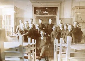 Längst upp till vänster står Ulf Lindmans fasters man, Oscar Lindström. En lapp satt bakpå fotot där efternamn samt en ritning var nedskrivet. Känner ni igen någon?