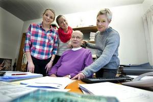 Christer Flodin och Eva Holmgren (till höger) har jobbat länge som kontaktpoliser ute på Faluns skolor. Anna Karlsson och Erika Persson har precis lämnat utryckningen och tagit sig an Svärdsjöskolan och Britsarvsskolan.