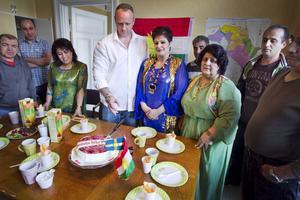 Krister Lundgren, studiekonsulent vid NBV, fick äran att skära tårtan när lokalerna invigdes.
