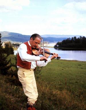Evert Wernberg (1911-1990) skulle ha fyllt 100 i år och nu finns en skiva där han spelar sina egna och andras låtar och berättar lite till musiken. Göran Sjölén Musikproduktion i Matfors står bakom utgivningen.