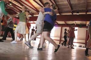 På den stora dansbanan vid Folkets hus pågår det dagligen danslektioner. I dag står Lindy Hop på schemat och deltagarna gör sitt bästa för att hålla takten och komma ihåg stegen som lärs ut.