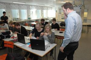 """FLER DATORER. På Högbergsskolan i Tierp är dator- och lärartätheten hög. Nu ska även grundskolorna i Tierps kommun få fler datorer. """"Det finns med i budgetarbetet för nästa år"""", säger Jonas Nyberg (S) ordförande i utskottet barn och ungdom."""