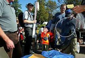 Foto: ANNAKARIN BJÖRNSTRÖMYngste fiskaren. Albin Humling drog upp tre olika fisksorter på sin 4-årsdag. Albin både metade och kastade. Pappa hade fullt upp med att maska på.