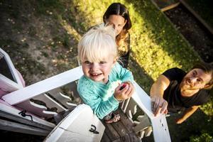 Bella Brolin gillar att stå på balkongen och vinka till mamma Camilla Brolin och pappa Marcus Ström.
