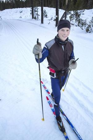 Erik Simonsson är en duktig skidåkare. Han hjälper pappa Rubert att testa spåren och dra nya.