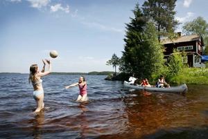 Emma Brodin och Julia Johansson badar och leker i vattnet mest hela dagarna