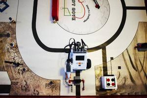 Här står roboten vid en av uppgifterna på banan. Här gäller det att få roboten att tippa upp flaggan.