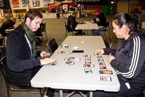 Under evenemanget kan man prova på olika kort- och brädspel. Här spelas Magic the Gathering.