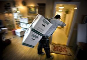 0007. Patrik Johansson vet hur han ska bära för att undvika skada. Nu ska böcker bäras från högsta våningen i ett hus i Stjärnhusen.