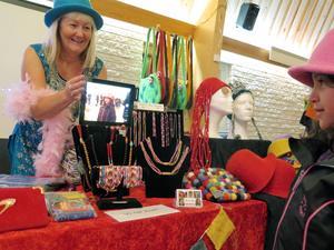 Carina Aynsley hjälpte både cancerdrabbade och nepalesiska kvinnor. Thea, sex år, passade på att prova en hatt från Nepal.