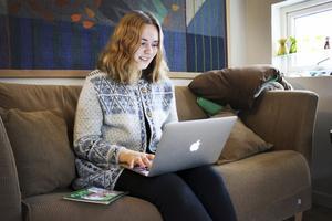 Bloggar. Liv sitter med datorn i knät och skriver inlägg i sin blogg Liv bakar.