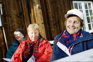 Barbro Andersson, Margot Eriksson och Maj Sunding njöt i kvällssolen medan Husbandet började spela.