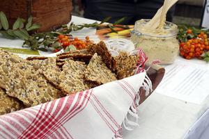 Föreningen Slow Food Ådalen bjöd på knäckebröd och hummus. –  Vi vill ta tillbaka det gamla sättet att göra mat. Inte så mycket tillsatser, inga långa transporter. Behandla djuren och naturen väl, säger en av grundarna Karin Lidén.