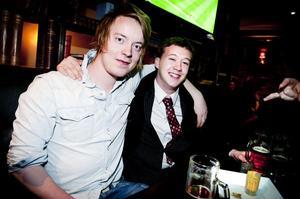 Nils Börjesson och Dennis Schönbeck tog några öl på Pitcher's innan tolvslaget.